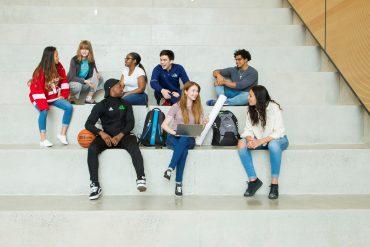 Jeunes assis dans l'atrium
