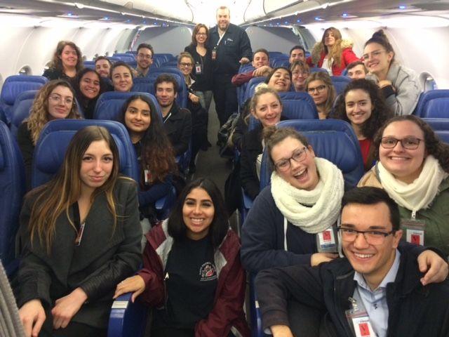 Groupe d'étudiants en Techniques de tourisme à bord d'un avion d'Air ransat